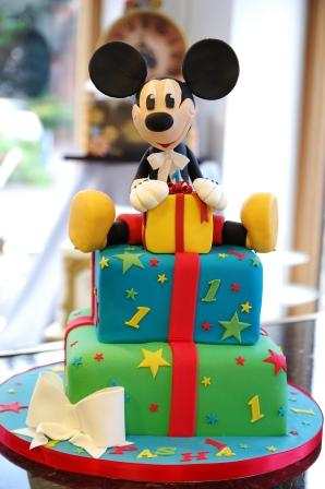 Mickey Mouse Present Cake